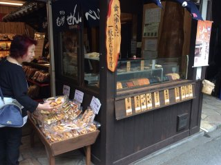 Teragoya rice cracker store - The smell of grilling rice crackers at this shop loosens my purse.