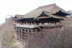 จุดเด่นของวัดคิโยะมิซุ-เดะระคือ ระเบียงไม้ของอาคารหลักหรืออาคารฮอนโดะ (Hondo) ซึ่งมีเสาไม้ขนาดใหญ่จำนวนร้อยกว่าต้นค้ำยันระเบียงไว้