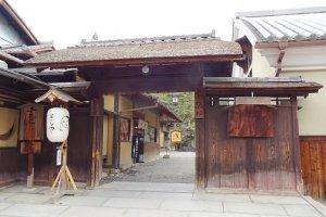 ร้านขายเครื่องสำอางโยะจิยะ (Yojiya) บนถนน ซานเน็นซะกะ นิเน็นซะกะ