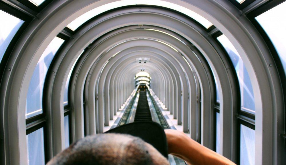 Escadas rolantes em vidro que levam ao topo da torre