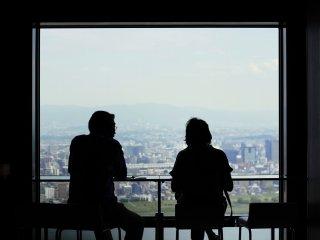 A tomar um café ou um chá enquanto se aprecia a vista, possivelmente com alguém especial!
