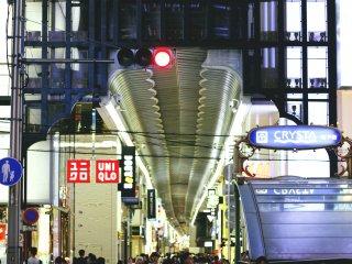 The entrance of Shinsaibashi-suji, crowded with people.