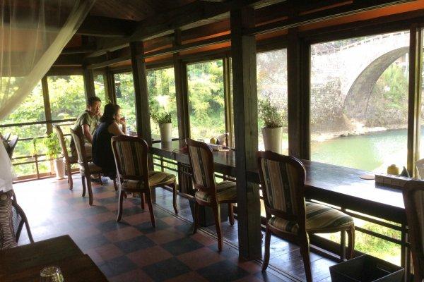 ザ・キーストーンガーデンは霊台橋の真ん前、石橋、川、緑の草むら、山々を眺めながらゆっくりと過ごす。