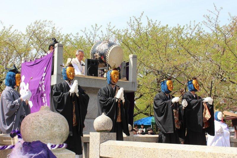 불무는 금의 탈을 쓴 무인과 장·북의 기악 주자, 그리고 여자의 노래로 구성되어 있다