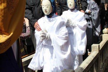흰색 동면에 하얀 법의 '카쿠마모리'라고 불리는 소년이 2명 입장한다