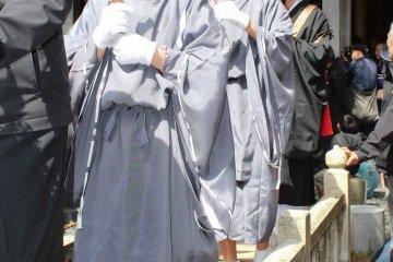 카쿠마모리 뒤를 따라서, 금색 바탕에 파란 법의 '염보살'이 올라간다