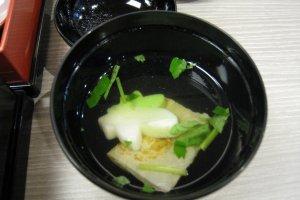Суп подавался вместе с о-бенто