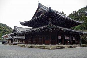 อาคาร พระวิหารหรือที่เรียกในภาษาญี่ปุ่นว่า บุซึตเด็น (Butsuden) อาคารที่ประดิษฐานพระพุทธรูป