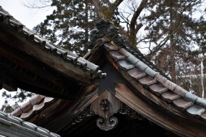 古寂びた寺の屋根瓦