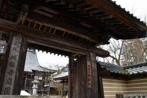 山門の右側には、源頼朝の命を救った池禅尼の廟所を表わす木札も掲げられている