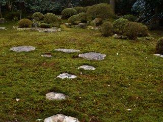 苔庭に配された礼拝石。松平福井藩主は代々この石を渡り、中央に配された本尊石を礼拝したそうだ。