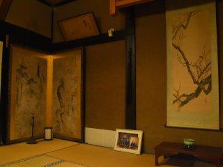 中央の畳上に飾られた写真は、福井松平家現当主が城福寺を参詣した折に撮影されたものだそうだ。