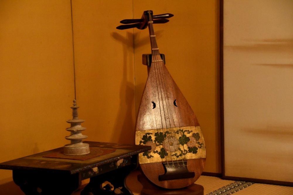 松平福井藩主御成りの間に飾られた美しい琵琶