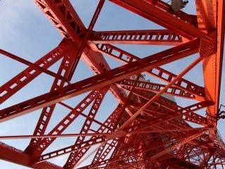 La Tokyo Tower a une structure comparable à celle de la Tour Eiffel, bien qu'elle soit deux fois plus légère