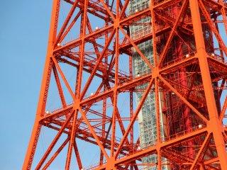 Facilement reconnaissable à sa couleur, près de 28 000 litres de peinture sont nécessaires à son entretien. Un ascenseur central permet de relier les différents niveaux de la Tour