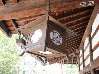 本殿庇下には皇室の御門の灯籠が