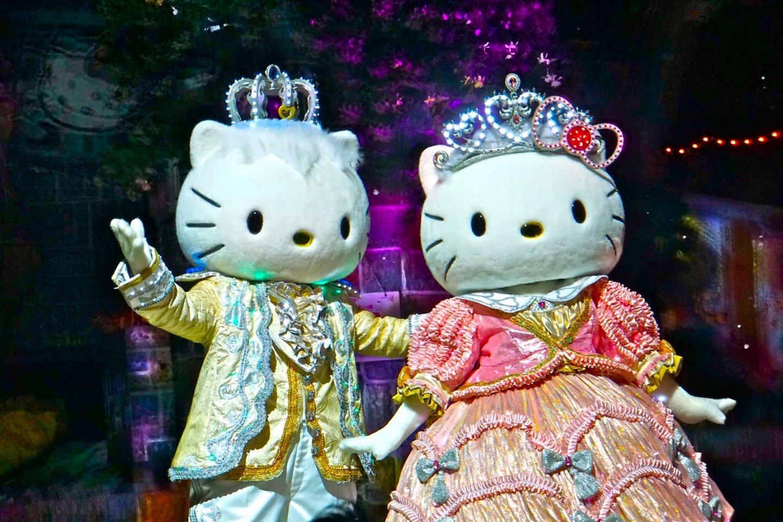A Hello Kitty e o Dear Daniel estão contentes por encontrá-lo na Sanrio Puroland em Tóquio!