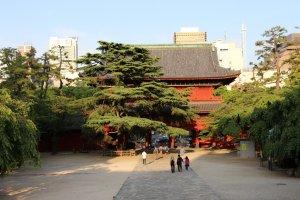 Le San Gadatsu-Mon, vu depuis les escaliers menant au bâtiment central du temple, qui abrite un Bouddha