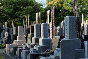 Les tombes japonaises et tablettes funéraires, du respect des traditions à la sobriété