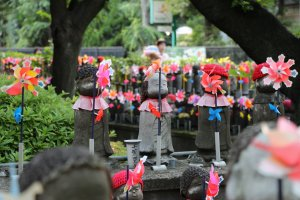 En pénétrant dans l'enceinte du temple, le Unborn Children Garden se trouve sur la droite, dans la partie boisée du cimetière