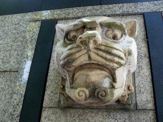 Голова тигра гневно взирает на проходящих мимо пешеходов