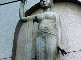 Статуя на стене крупным планом