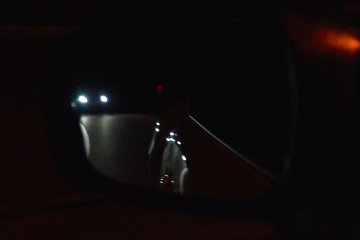 <p>Headlights in your mirror can mean a challenge from another driver, unless they really are on a midnight konbini-run in the mountains.&nbsp;</p>