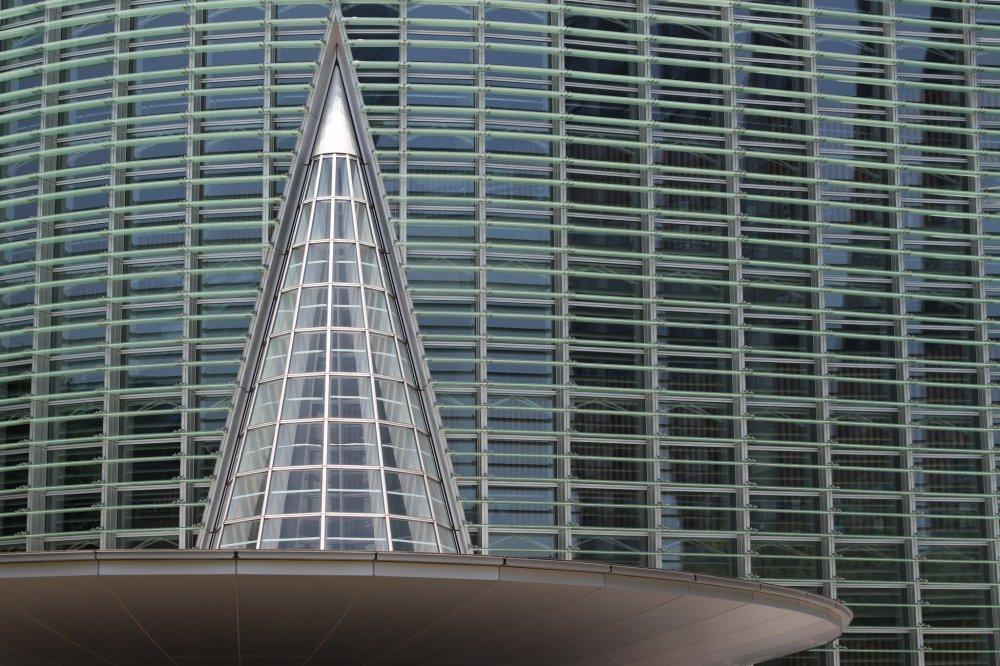 Des formes géométriques sévères s'accordent avec les courbes marquant majoritairement le design du bâtiment