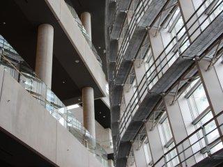 Les courbes de la grande verrière s'imposent face à l'architecture plus modeste de l'intérieur