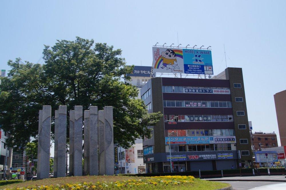 """Seni modern atau """"pantatnya"""" Shin-chan? Mereka bilang seni didasarkan pada masing-masing intrepretasi... Lain halnya, setelah berada di Kasukabe, pusat permainan arkade (permainan di komputer yang sederhana dan berbentuk dua dimensi) Shin-chan hanya berjalan sedikit dari stasiun."""