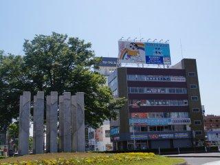 Современное искусство или задница Син-тяна? Говорят, что искусство зависит от интерпритации...В любом случае, прибыв в Кусакабэ, до игрового аркадного центра Син-тяна от станции всего пара минут пешком.