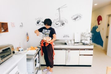 <p>The staff preparing some bread for breakfast. The interior of the kitchen and dining room is very cute.</p>