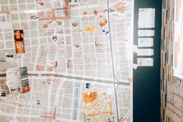 <p>The giant map with all the markers of all interesting spots you can find around the hostel</p>