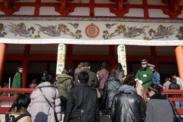 Сходите воздать дать уважения божествам в храме на Новый год