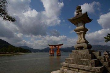 """Популярные """"парящие над водой тории"""" в храме Ицукусима в Хиросиме"""