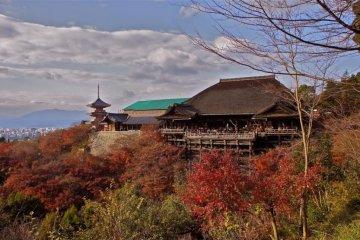 Киотский Киёмидзу-дэра в осенних цветах