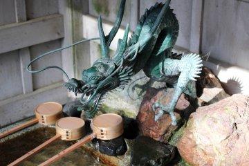 A dragon-decorated chozuya