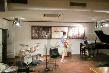 <p>A spontaneous, and very good performance of Champs Elysee by 2 local French Canadians</p>