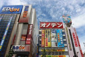 """Des enseignes par milliers, dont les éclairages aux néons ont valu à Akihabara le surnom de """"Electric Town"""""""