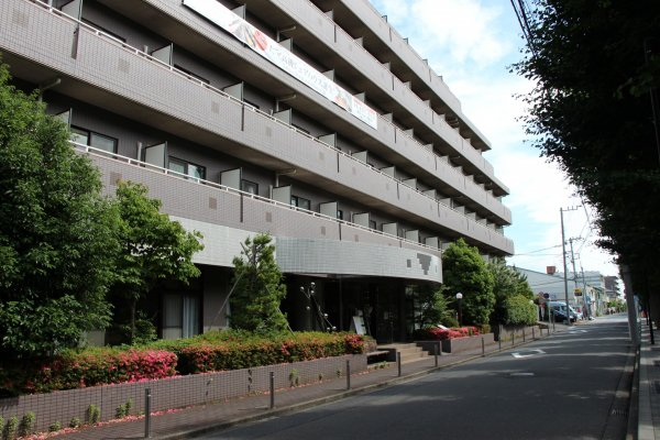 Oakhouse Sagihamara se situe à Fuchinobe, en banlieue ouest de Tokyo, face à une université, et à 7 min à pieds seulement de la gare