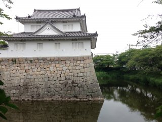 Это напоминает ров замка Нидзё в Киото.