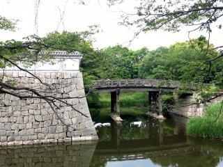 """Дизайн скопирован с киотского замка Нидзё, он ассоциируется с именем Кобори Масакадзу, который учил Токугаву Иэмицу, третьего сёгуна Токугава, чайной церемонии в стиле """"Энсю-рю""""."""