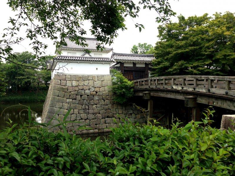 Представьте как тысячи работников строили этот красивый замок на путь Токайдо между Киото и Токио.