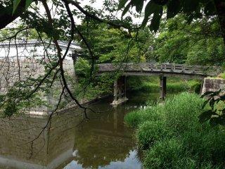 Тихий пейзаж с отражением замка на воде.