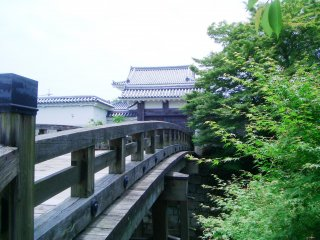 Деревянный мост, ведущий к замку.