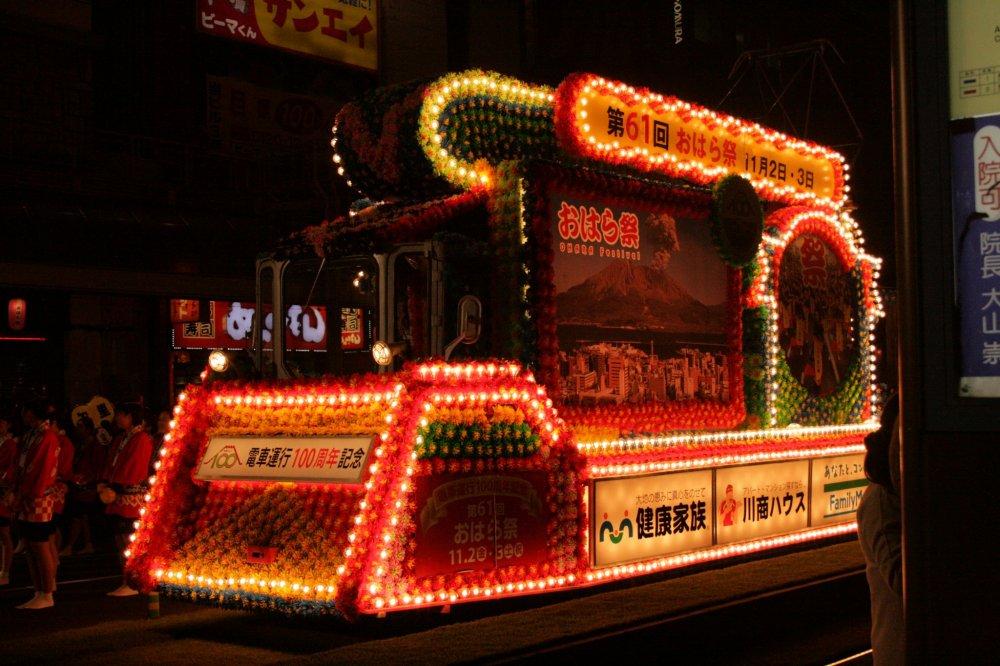 11월 2일 축제는 저녁에 시작한다. 특수도시의 전차는 장식되어 불이 켜진다