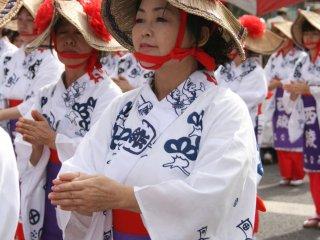 Bộ trang phục này giống như Lễ hội Awa Dance phải không? Chắc bởi vì chiếc mũ của họ?