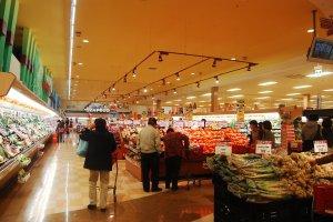 Belanja bahan makanan di supermarket