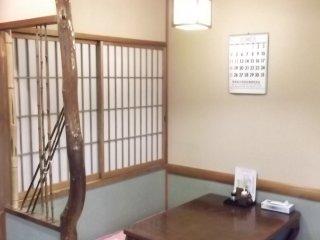 El decorado interior es tradicional y sencillo
