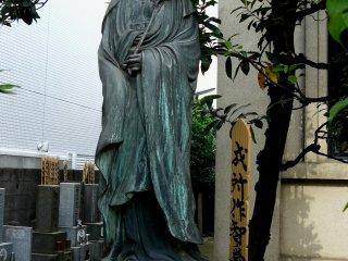 Каннон охраняет вход на кладбище